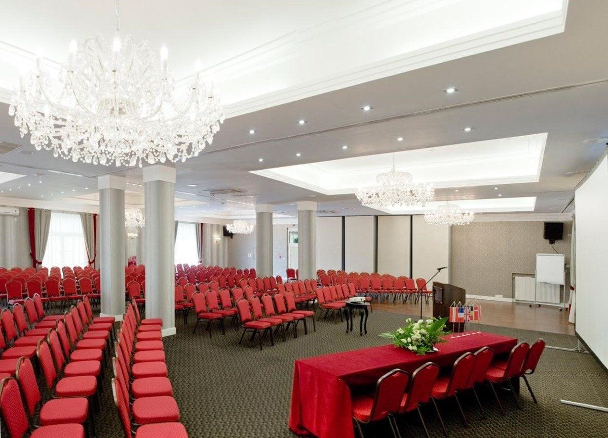 Sala balowo-bankietowa naparterze hotelu; aranżacja: 320 osób 'kinowo'